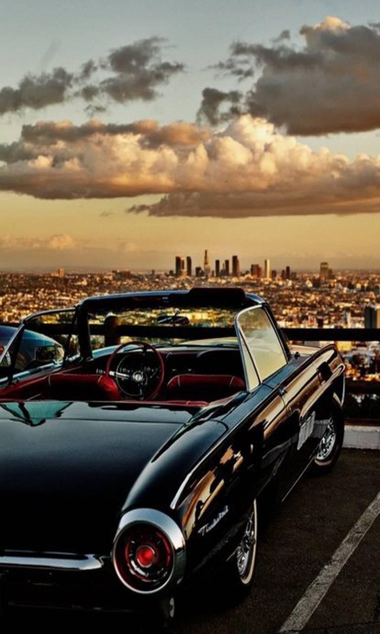 عکس زمینه ماشین کلاسیک در بام شهر پس زمینه