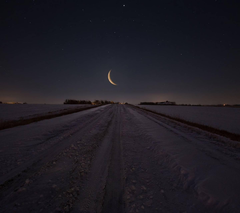 عکس زمینه جاده برفی وشب و ماه پس زمینه