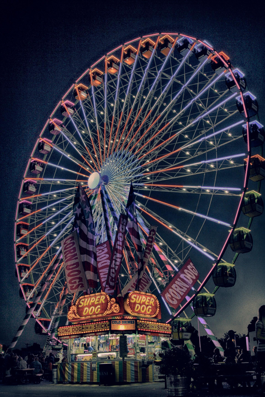 عکس زمینه چرخ و فلک نئون در شب پس زمینه