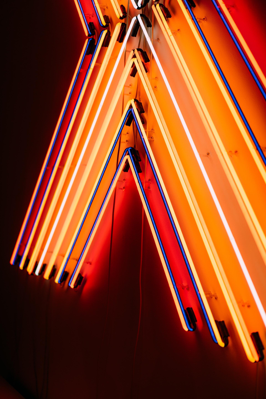 عکس زمینه چراغ های نئون روشن شده پس زمینه