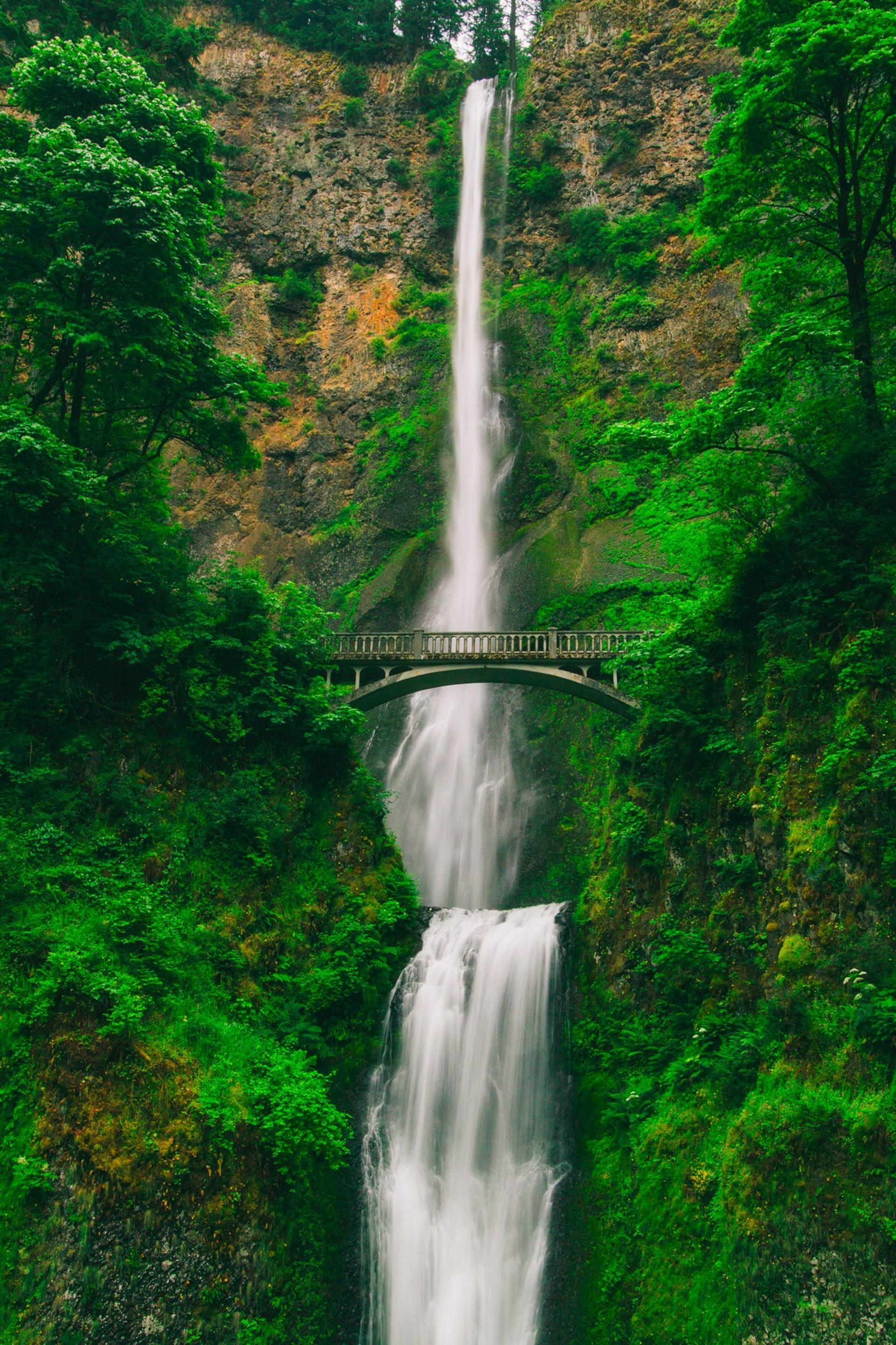 عکس زمینه پل و آبشار پس زمینه