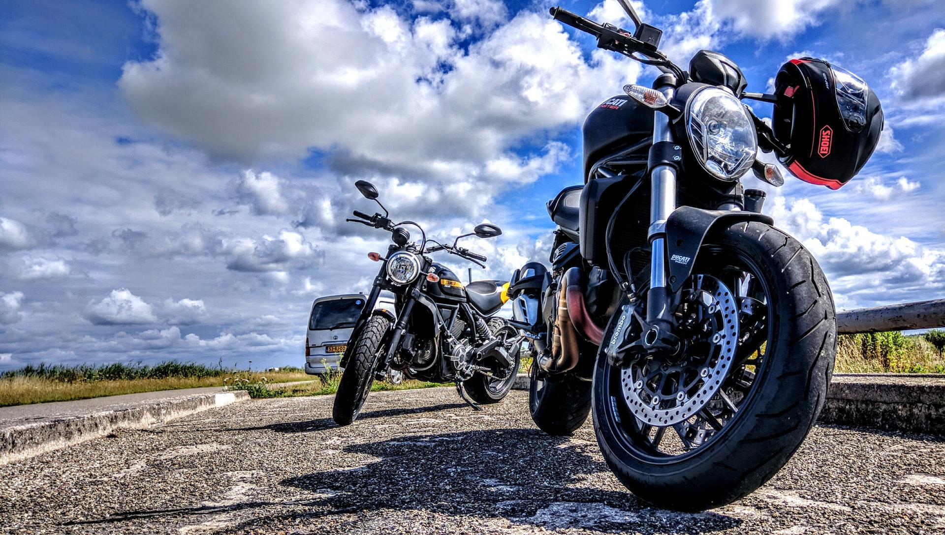 عکس زمینه موتور سیکلت ها زیر آسمان آبی پس زمینه