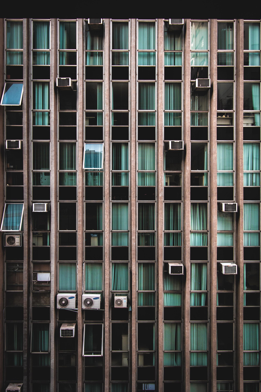 عکس زمینه نمای پنجره های آپارتمان پس زمینه