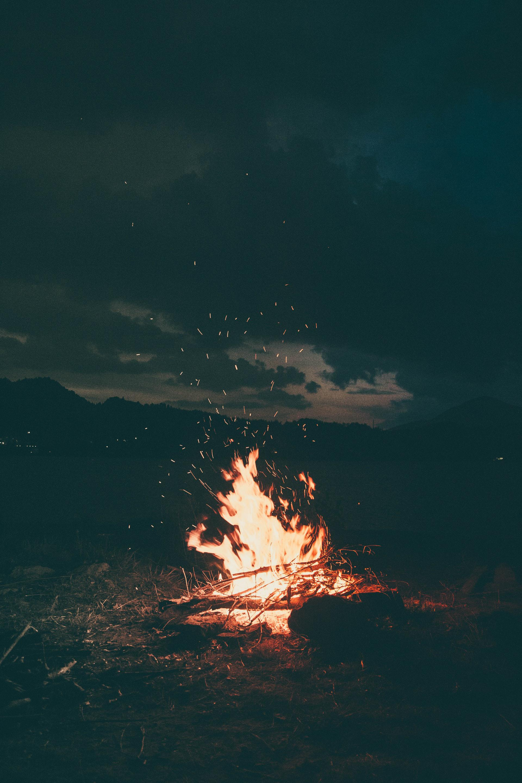 عکس زمینه آتش روشن در شب پس زمینه