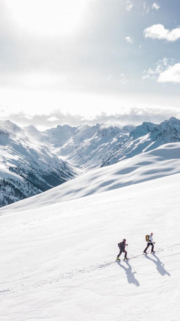 عکس زمینه دو مرد پیاده در کوه برف پس زمینه