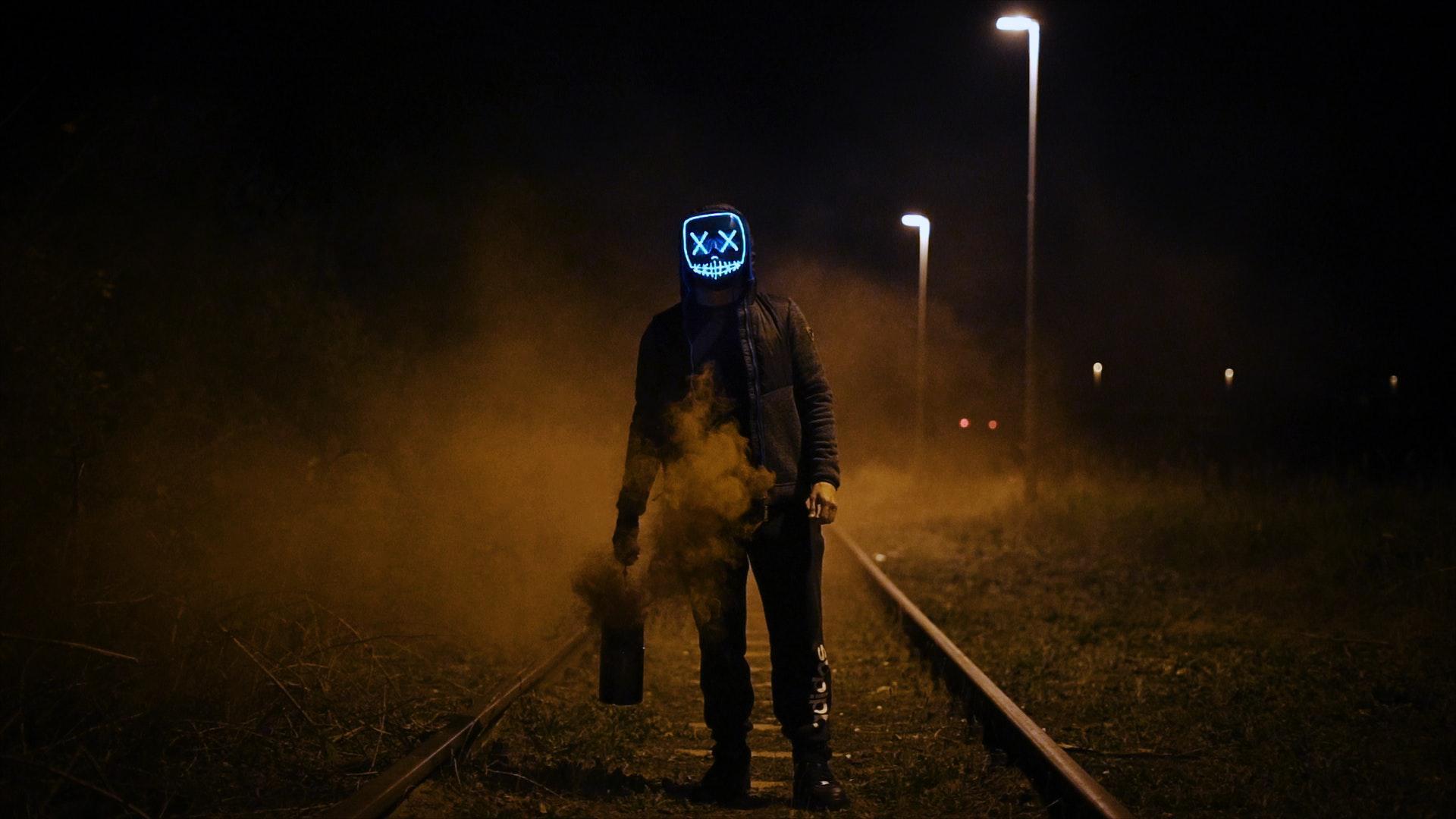 عکس زمینه مردی با ماسک در ایستاده راه آهن پس زمینه