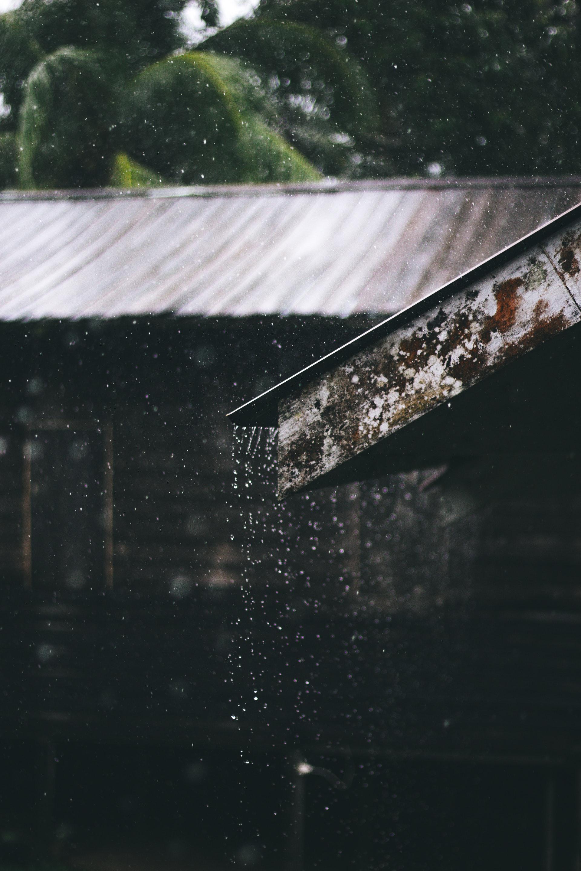 عکس زمینه سقف بارانی با تراوت پس زمینه