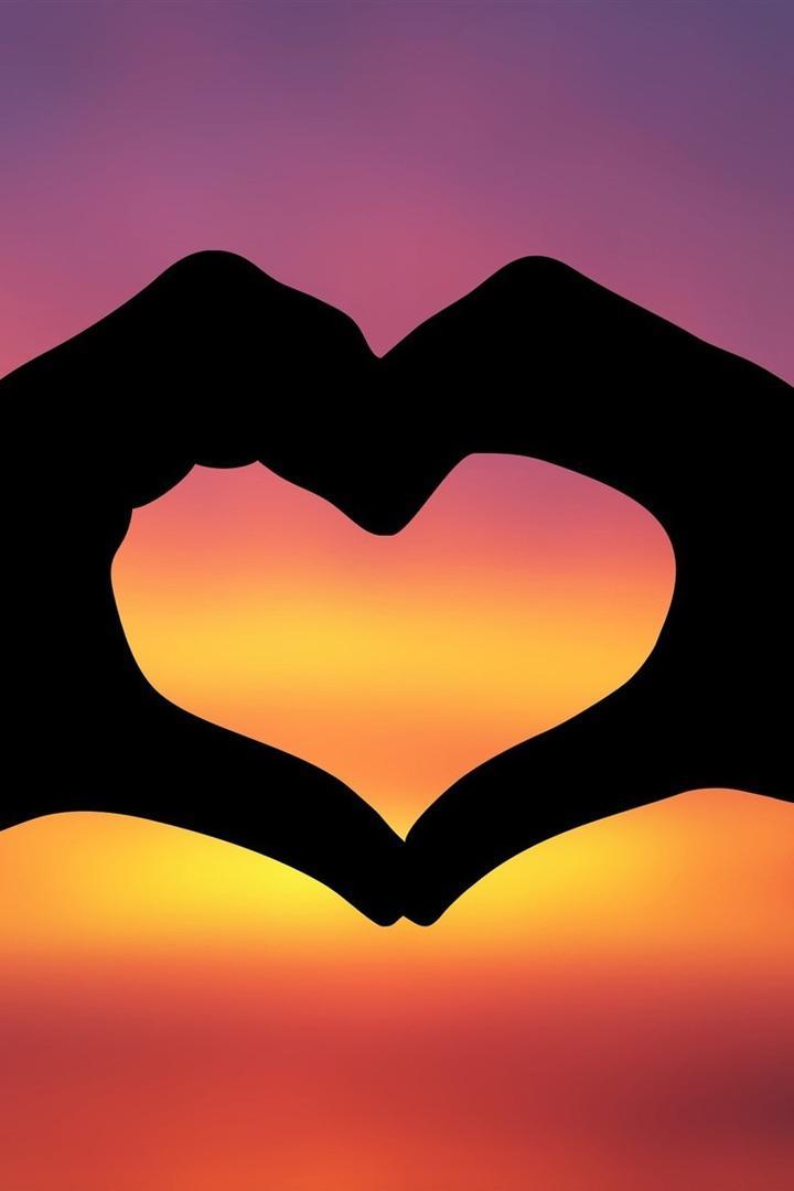 عکس زمینه قلب عاشقانه ولنتاینی در غروب طلایی پس زمینه