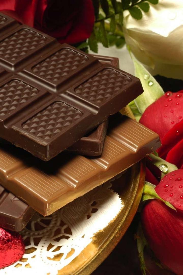 عکس زمینه شکلات ولنتاینی با گل رز قرمز پس زمینه