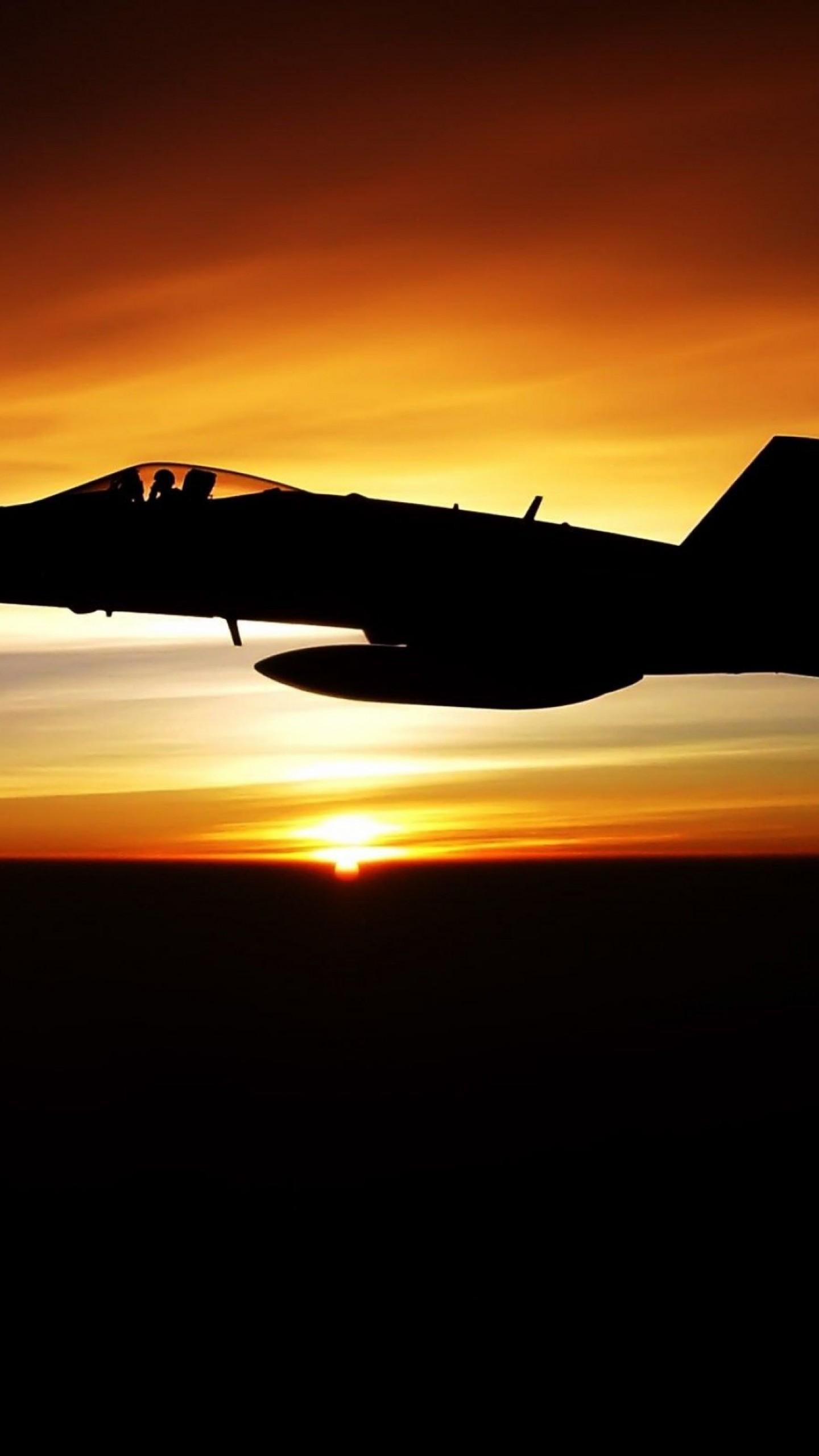 عکس زمینه پرواز جنگنده نظامی در غروب آفتاب پس زمینه