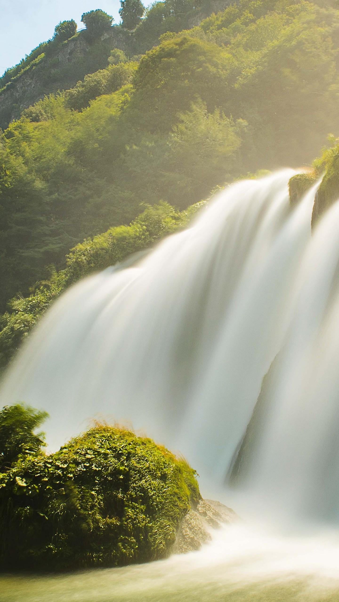 عکس زمینه آبشار خروشان تابستانی پس زمینه