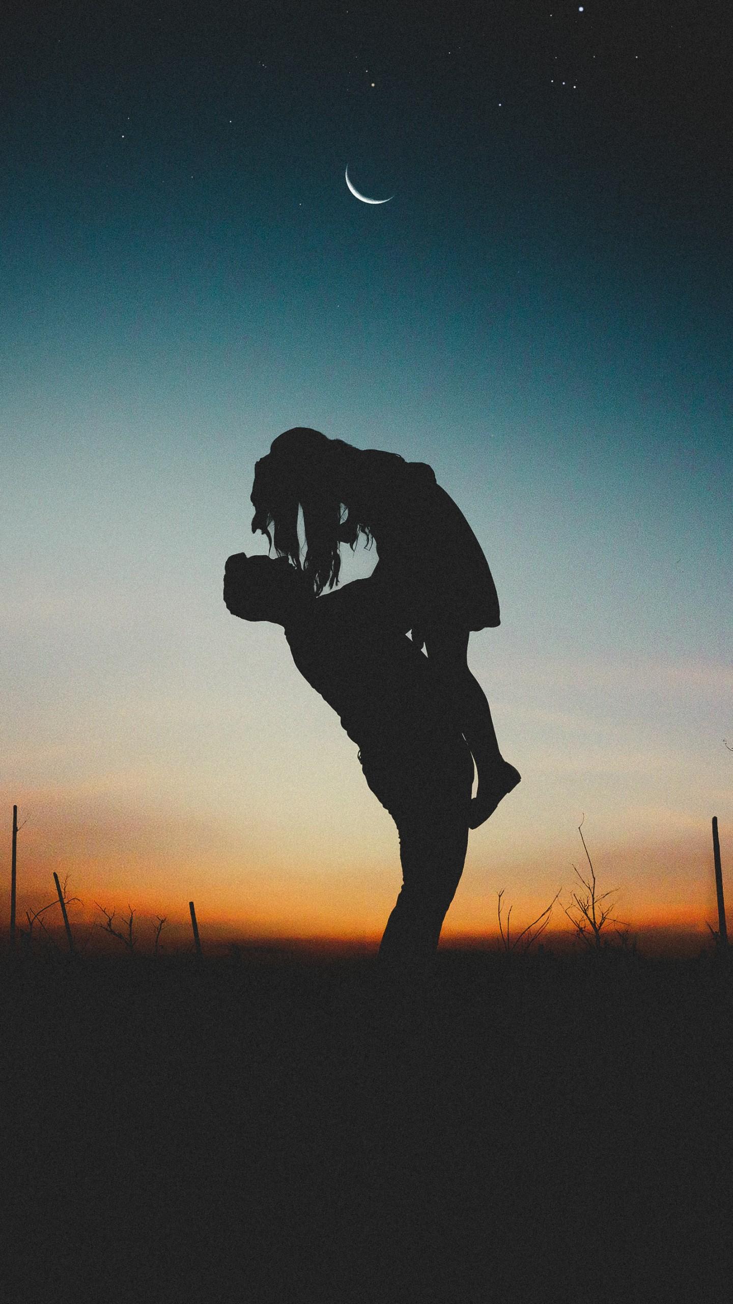 عکس زمینه دختر در آغوش پدر زیر نور ماه پس زمینه