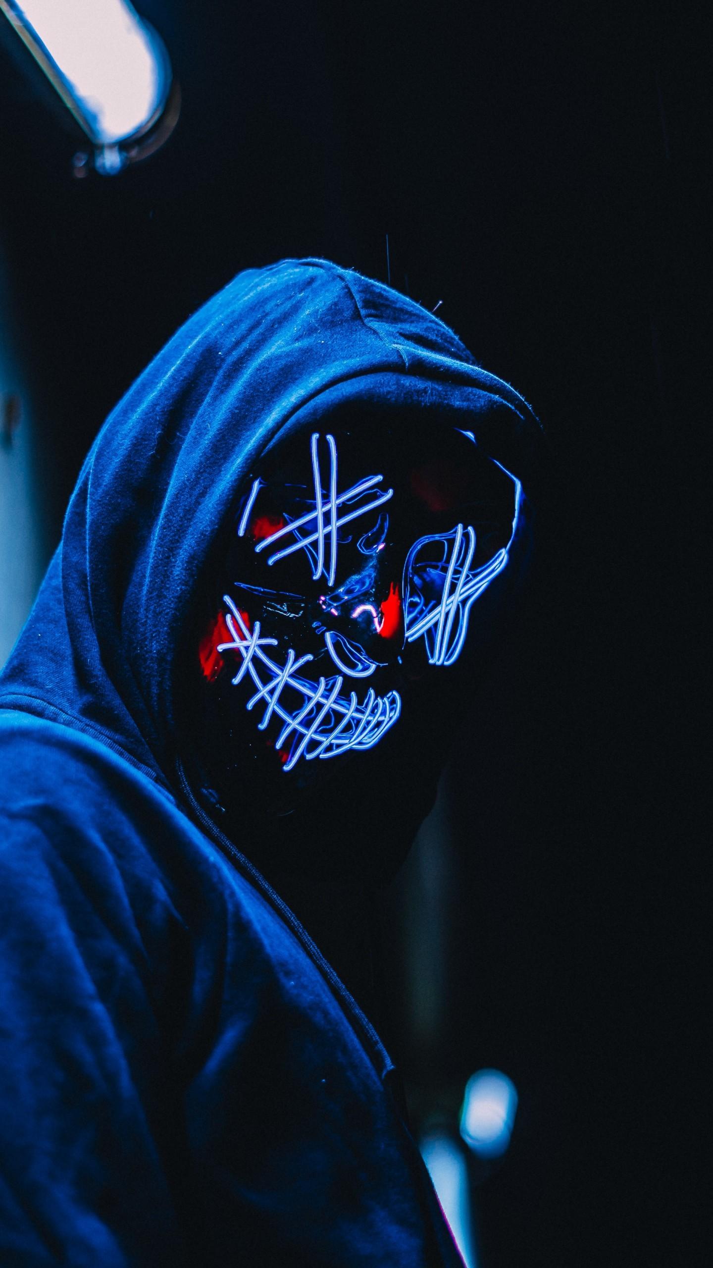 عکس زمینه پسر ماسک دار در شب پس زمینه