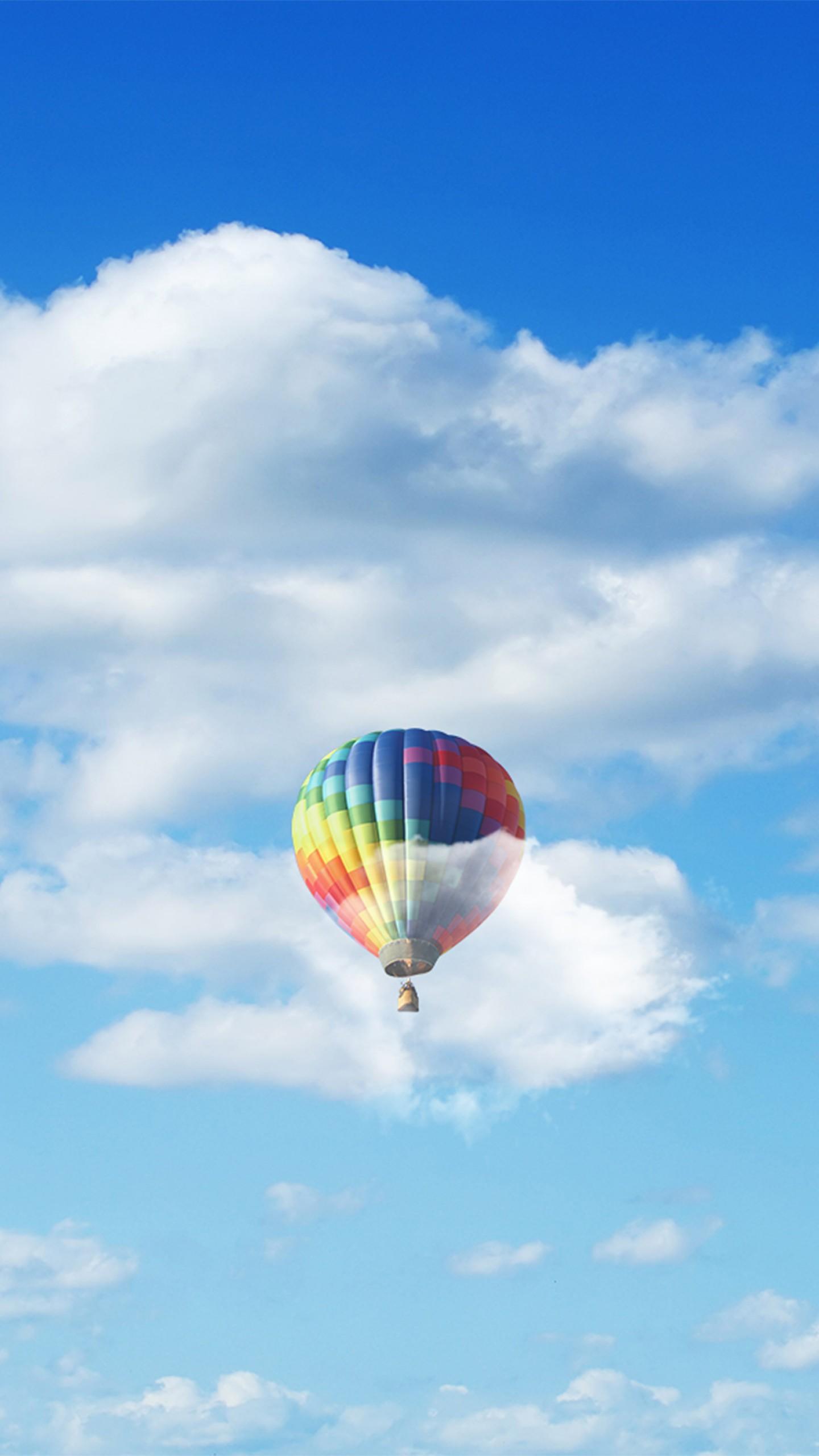 عکس زمینه بالون رنگی در آسمان آبی و ابرهای زیبا پس زمینه
