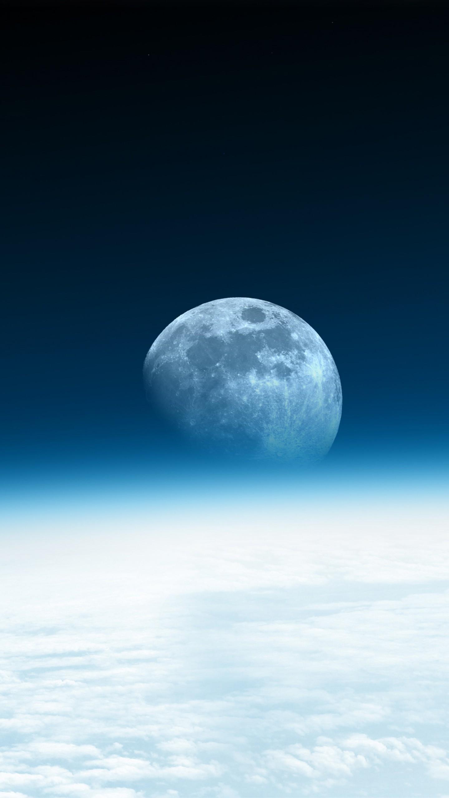 عکس زمینه نمایی از ماه با افق آبی بالای ابرها پس زمینه