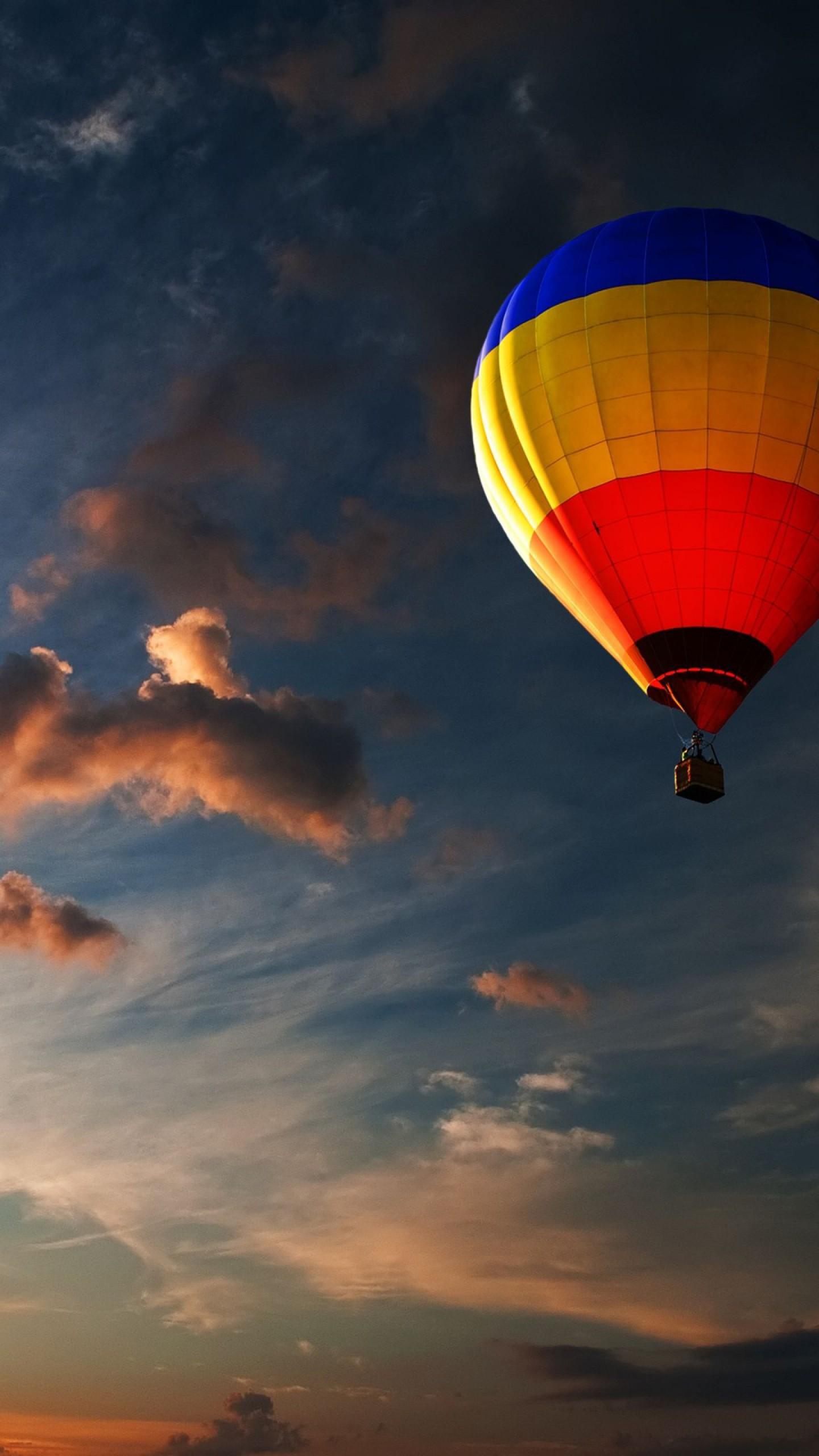 عکس زمینه بالن رنگارنگ در هوای گرم و غروب خورشید پس زمینه