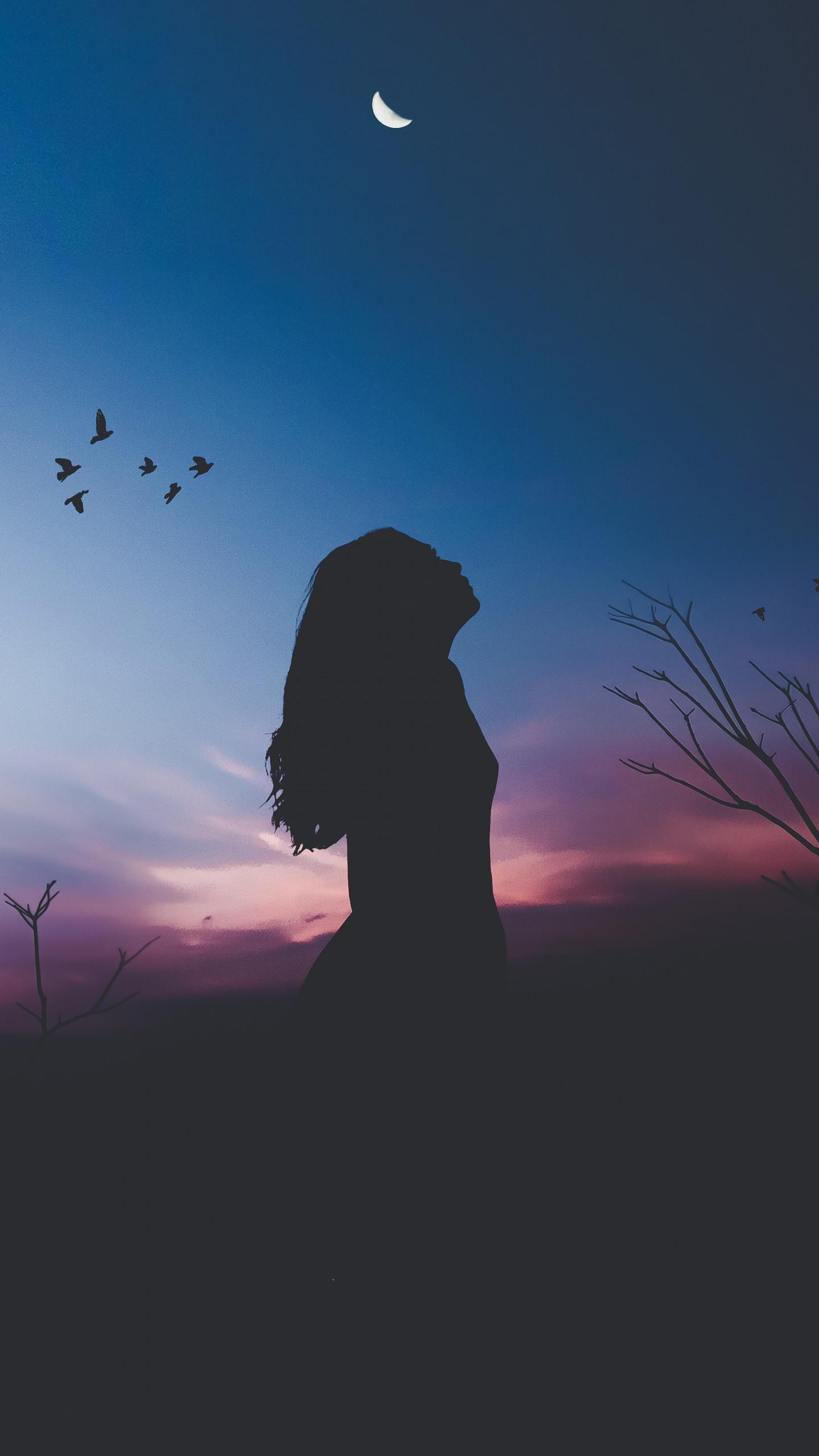 عکس زمینه شبح زن تنها زیر نور ماه پس زمینه