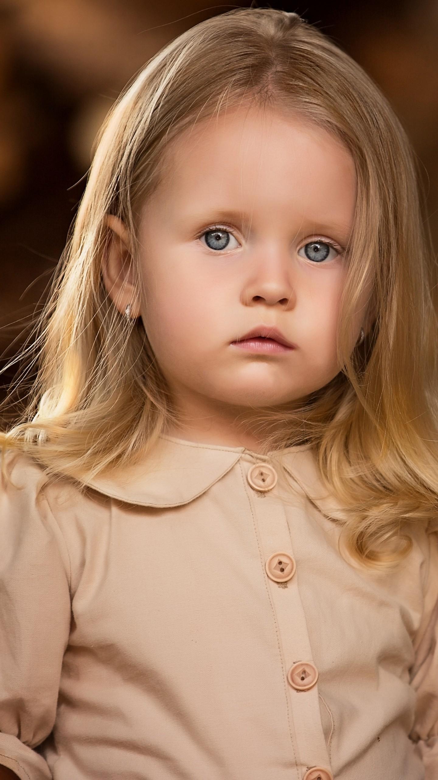 عکس زمینه دختر بچه ناز مو طلایی پس زمینه
