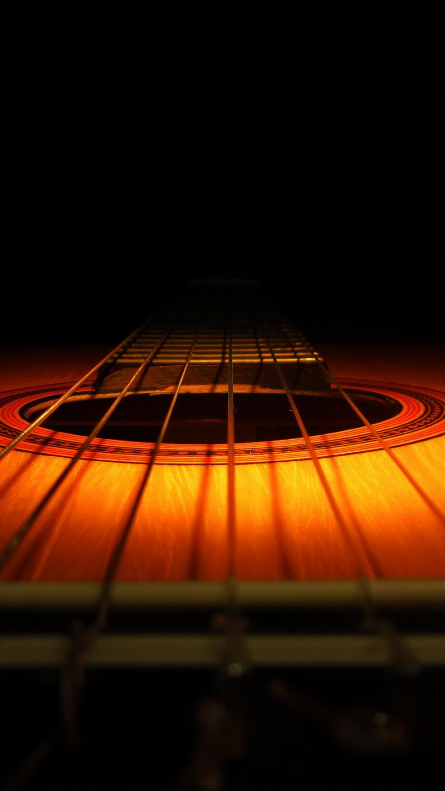عکس زمینه گیتار چوبی با پس زمینه تاریک پس زمینه