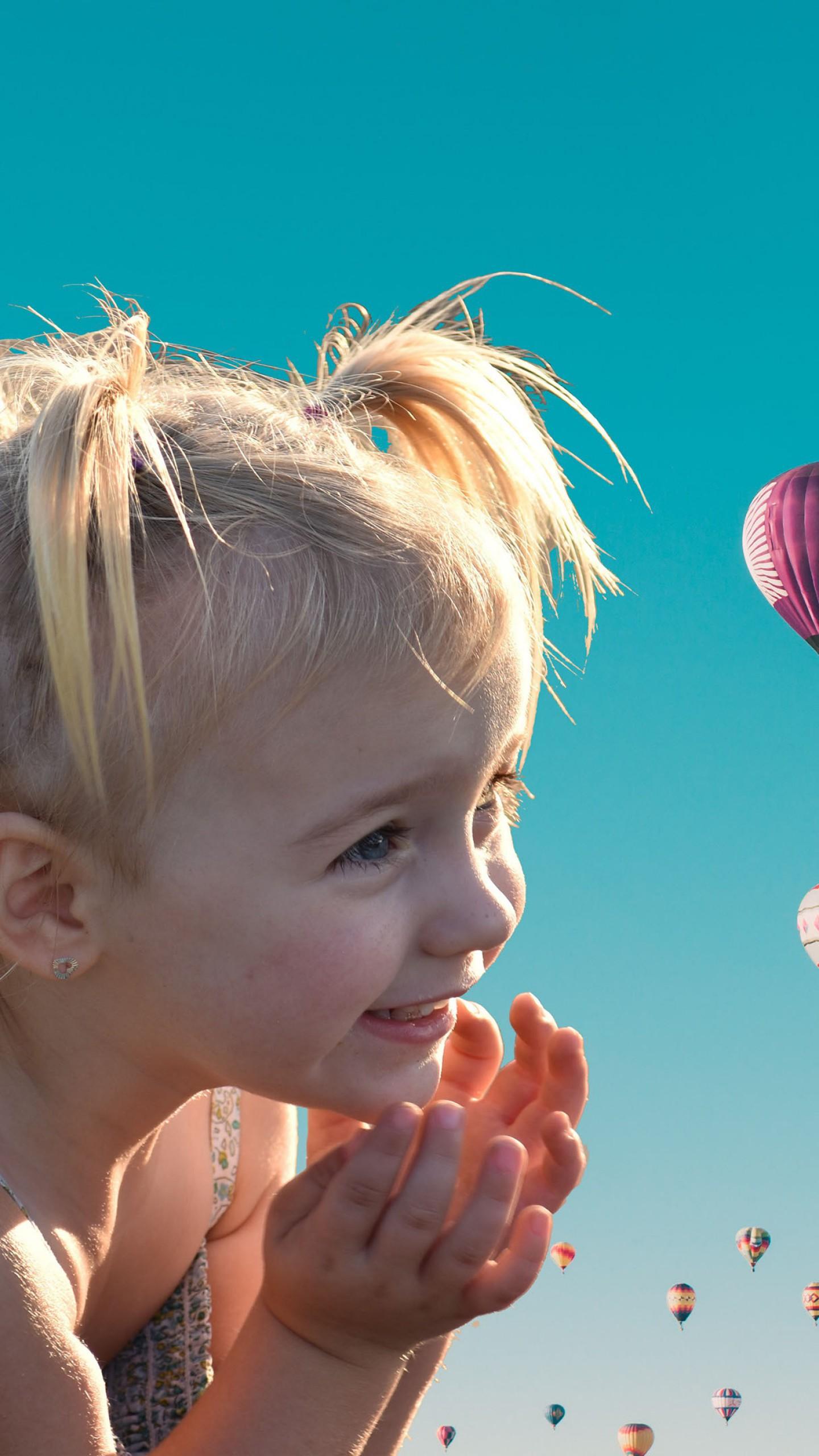عکس زمینه دختر ناز شاد با بادکنک در هوای گرم پس زمینه