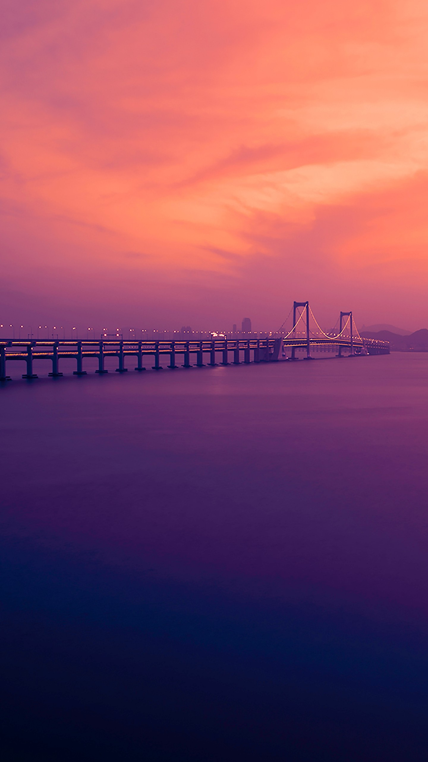 عکس زمینه گرگ و میش غروب خورشید بر روی رودخانه دالیان چین پس زمینه