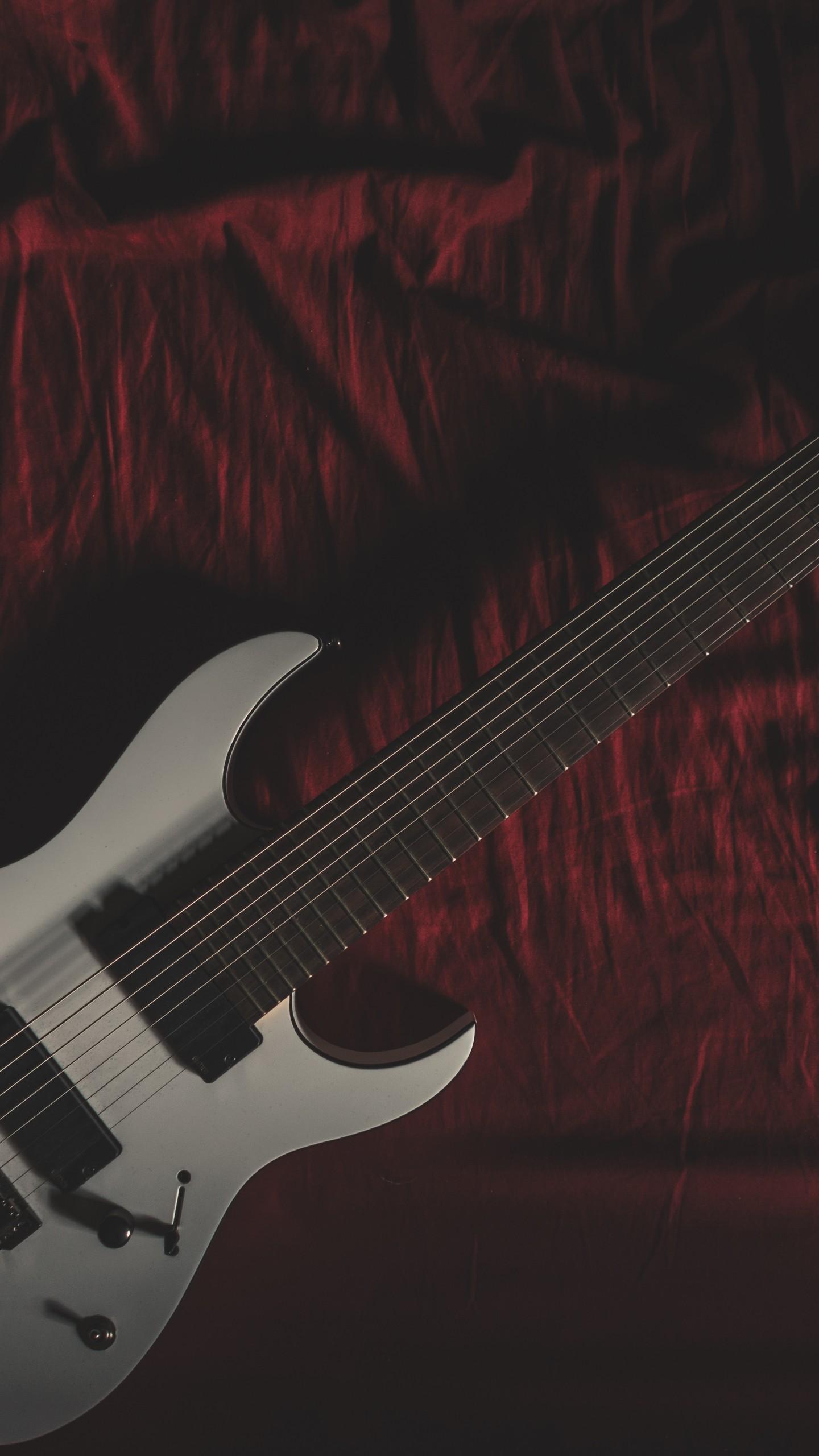 عکس زمینه گیتار سفید بر روی تخت پس زمینه