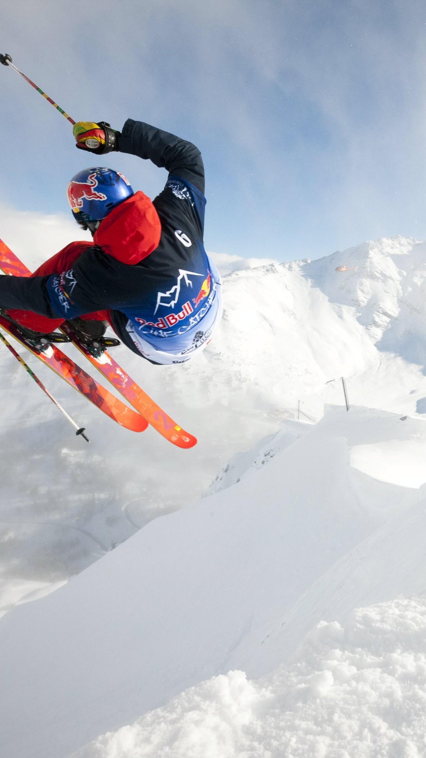 عکس زمینه اسکی در کوهستان پر از برف پس زمینه