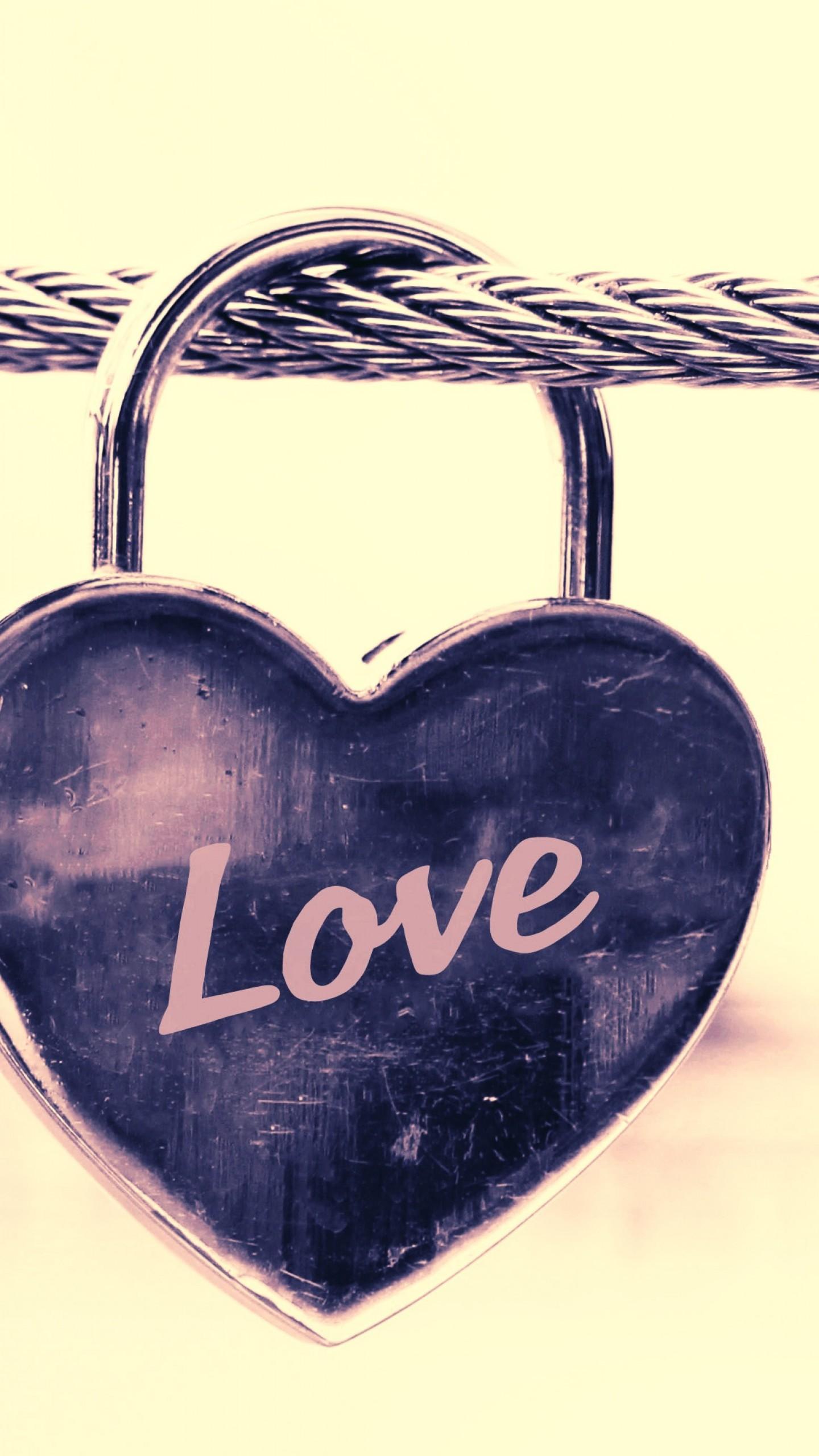 عکس زمینه قفل به شکل قلب با عنوان love پس زمینه