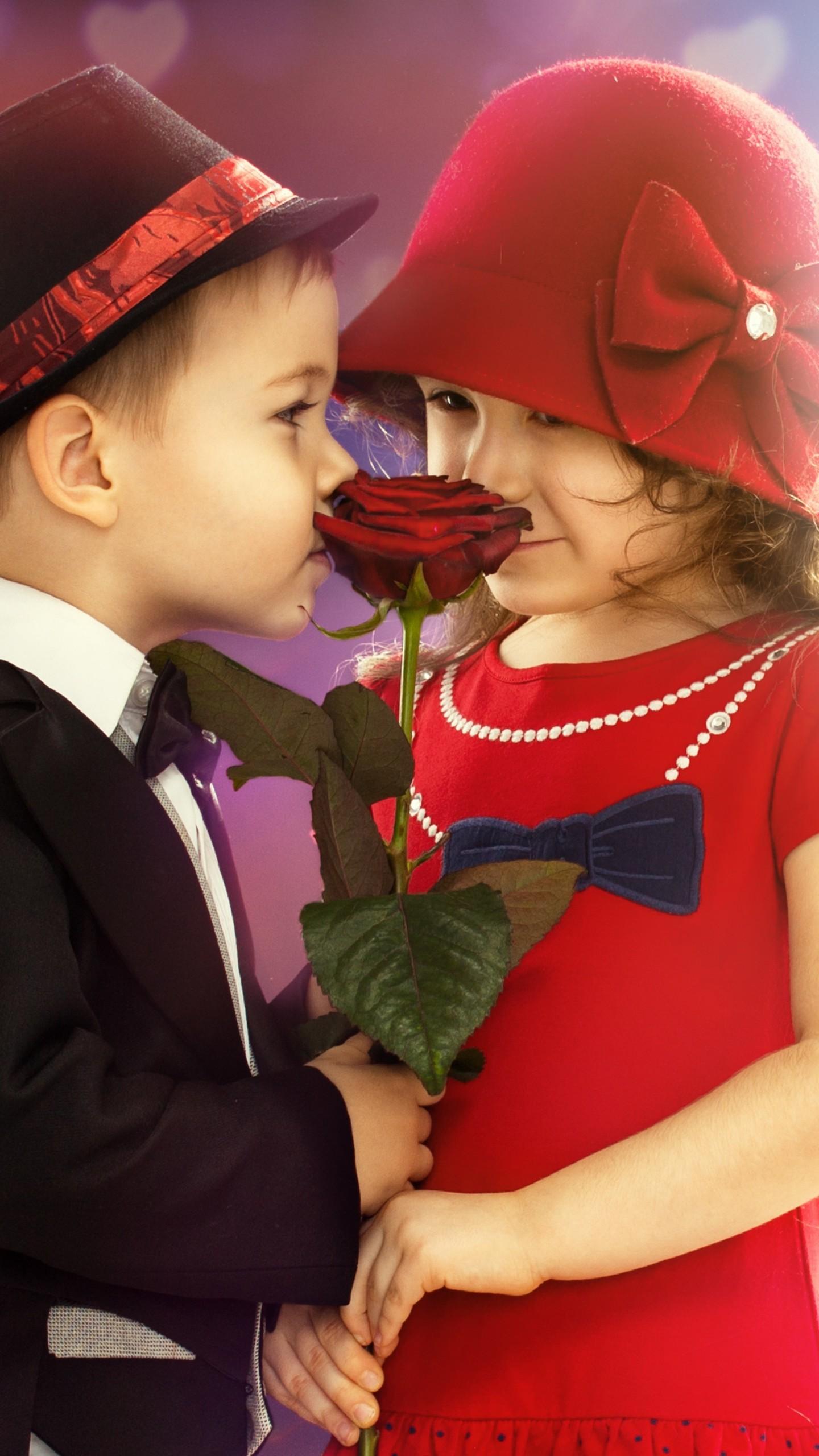 عکس زمینه پسربچه و دختر بچه به همراه گل رز قرمز پس زمینه