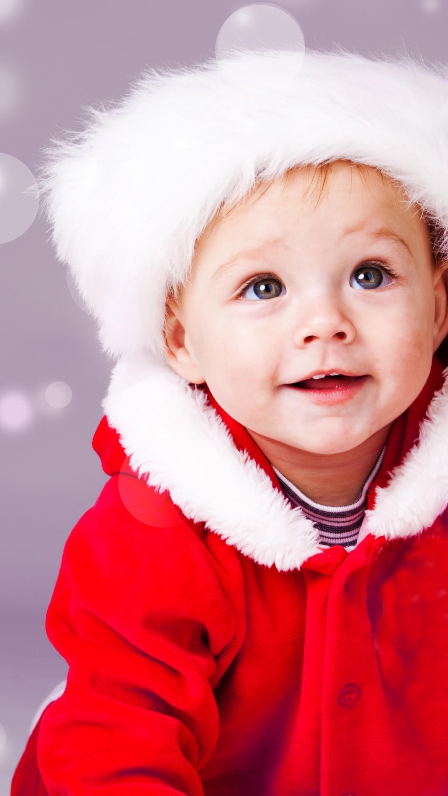 عکس زمینه پسر بچه با لباس قرمز زیبا پس زمینه