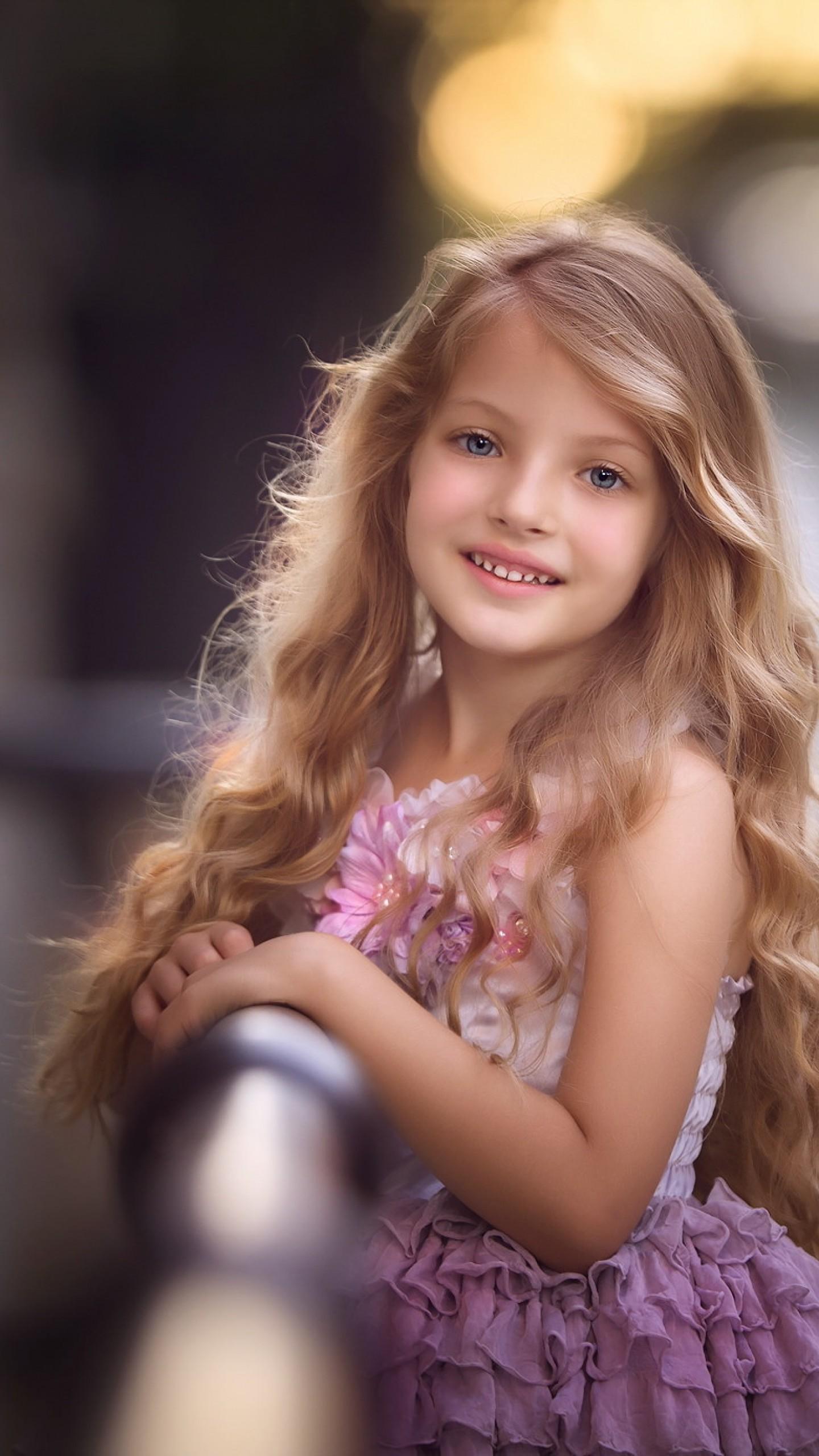 عکس زمینه دختر بچه ناز موطلایی با لبخند زیبا پس زمینه