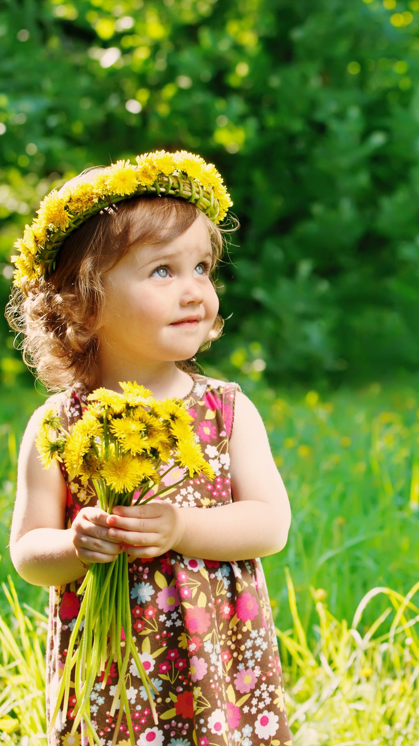 عکس زمینه دختربچه مو طلایی با گ های زرد در دست پس زمینه