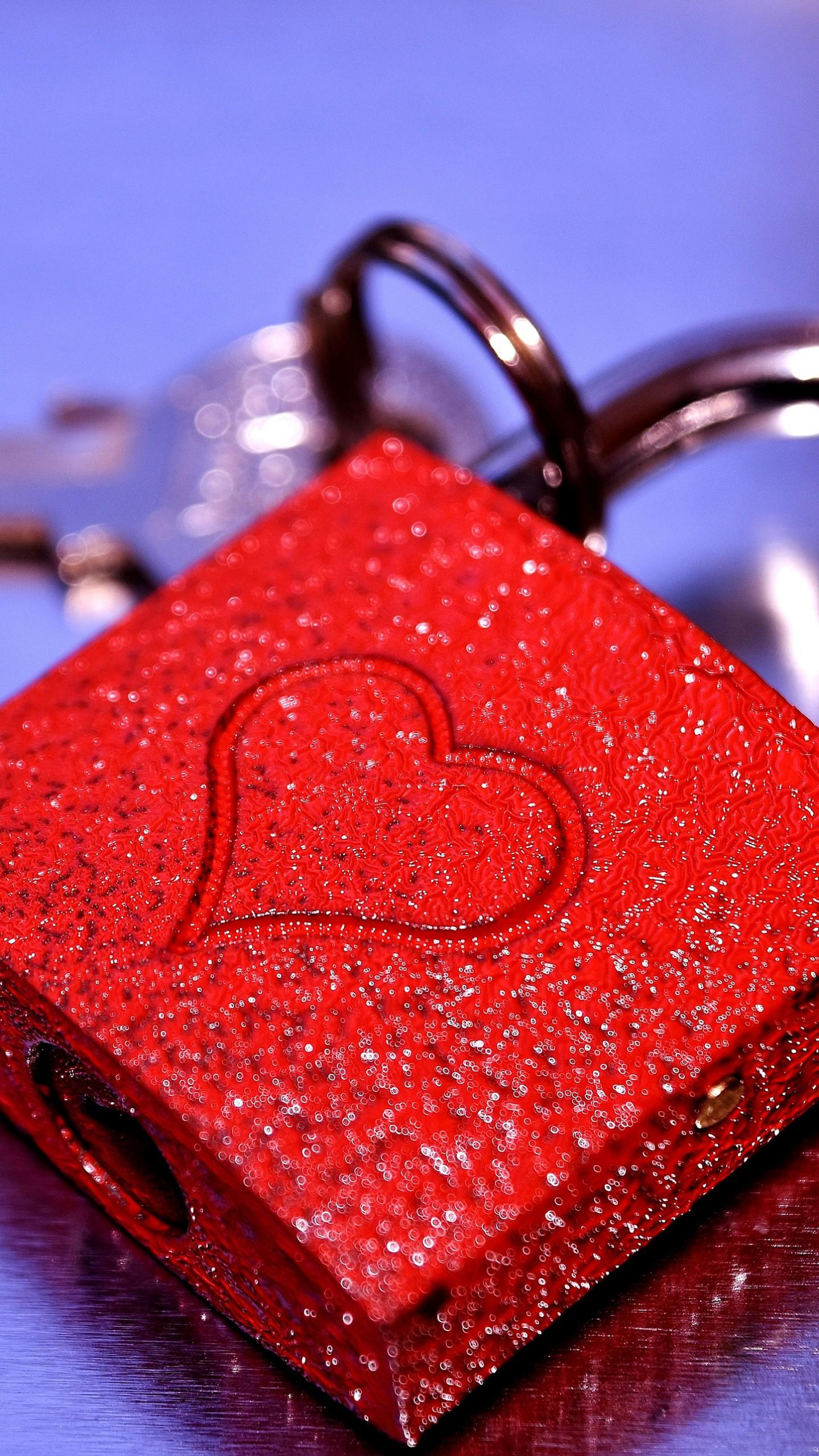 عکس زمینه قفل قرمز رنگ با تصویر قلب پس زمینه