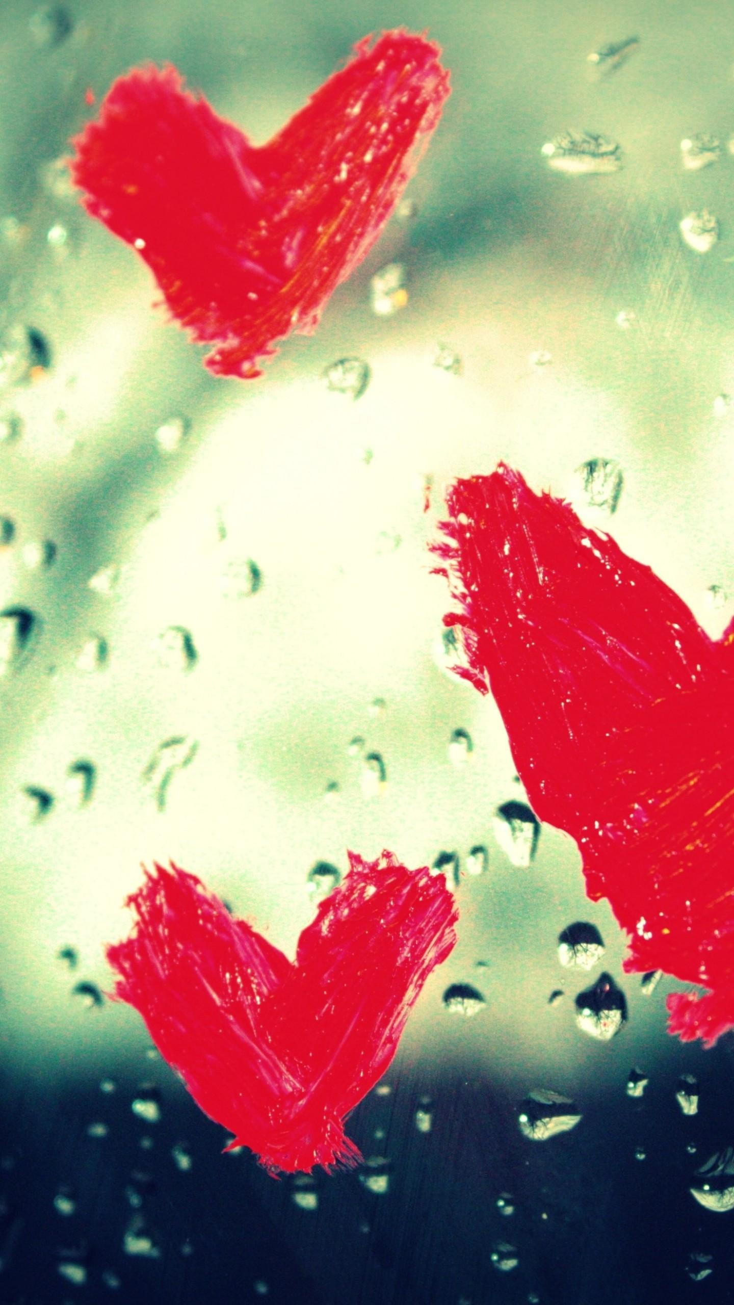 عکس زمینه قطره های باران و قلب های روی شیشه پس زمینه