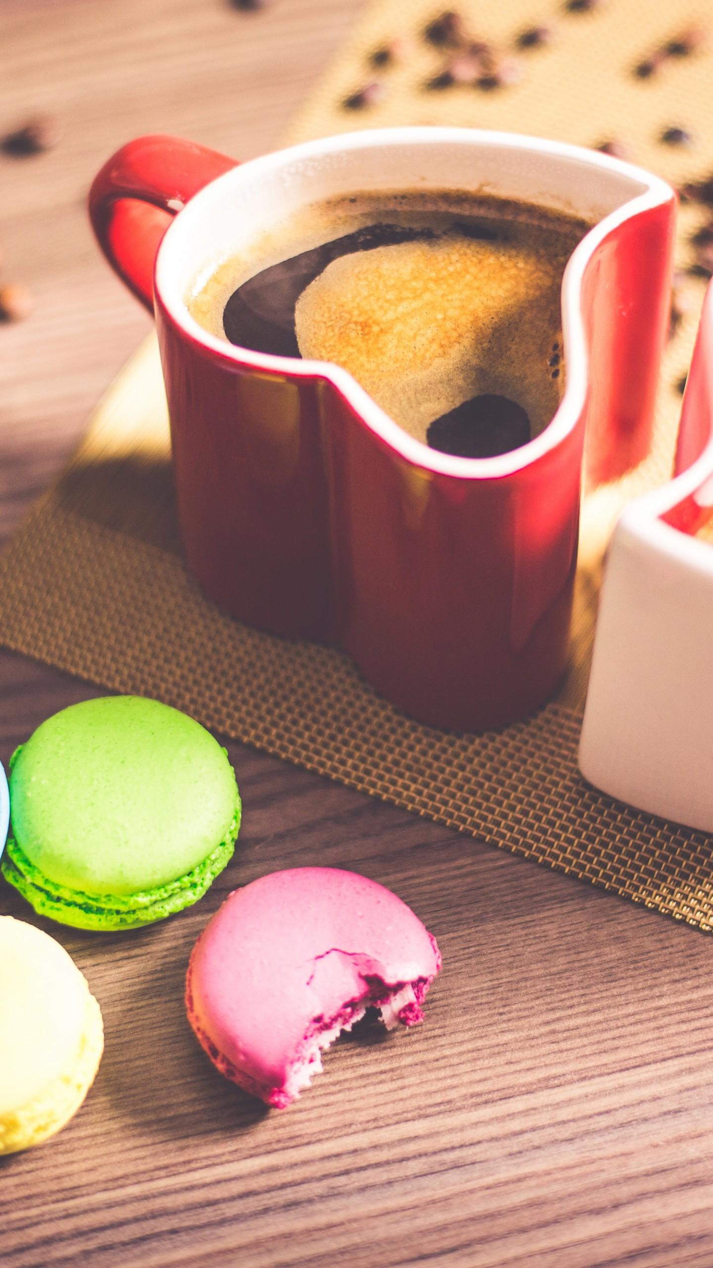 عکس زمینه فنجان قهوه و بیسکویت های رنگی پس زمینه