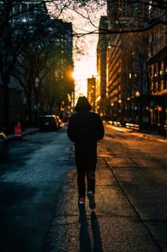 عکس زمینه راه رفتن بر روی جاده