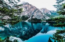 عکس زمینه دریاچه و کوه در آسمانسفید
