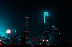 عکس زمینه ساختمان های بلند در امتداد شب