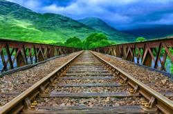 عکس زمینه قطار راه آهن در نزدیکی کوه