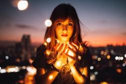 عکس زمینه دختر با نور در شب