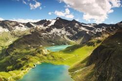 عکس زمینه نمای هوایی از کوه و رود