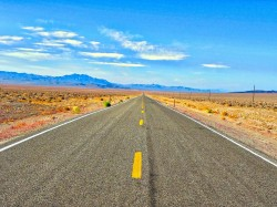 عکس زمینه جاده های بتنی خاکستری میان کویر