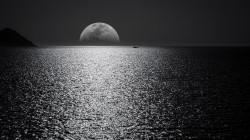 عکس زمینه ماه در دریا سیاه و سفید