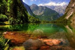 عکس زمینه دریاچه وسط کوهستان
