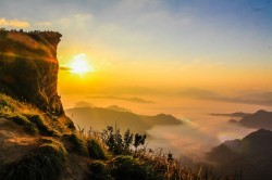عکس زمینه کوه احاطه شده توسط مه
