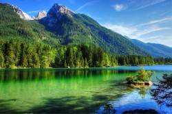 عکس زمینه رود پر از آب در آسمان آبی