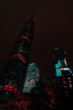 عکس زمینه برج های بلند در نور شب