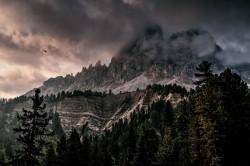 عکس زمینه کوه با یخ پوشیده شده با رنگ سیاه و خاکستری ابر