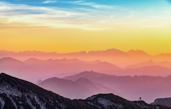 عکس زمینه مه در لایه های کوه