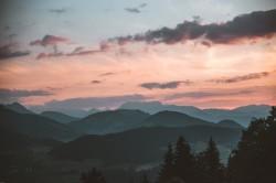 عکس زمینه نمایی از کوه در سحر